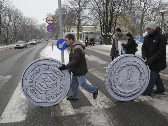 Na rozpoczęcie akcji organizatorzy przetoczyli ulicami Opola gigantyczne złotówki.