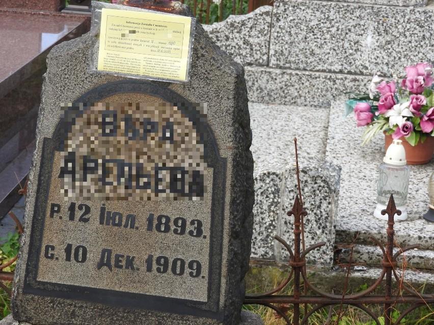 Kartki pojawiły się nawet na nagrobkach z początku XX wieku.