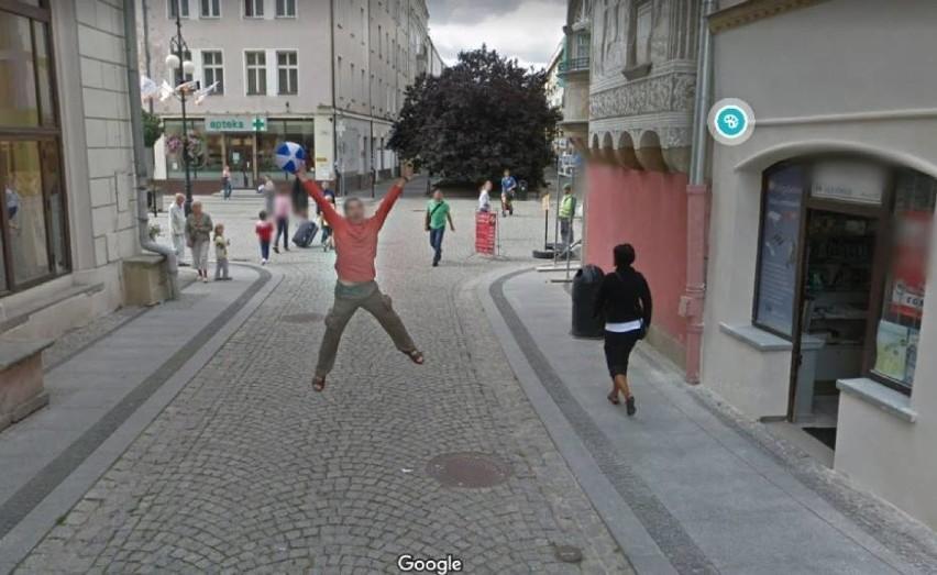 Polskie ulice w Google Street View: uchwycono niezłe perełki! Dziwne sytuacje to norma. Jak wypadamy w oku kamery Google? Zobacz ZDJĘCIA