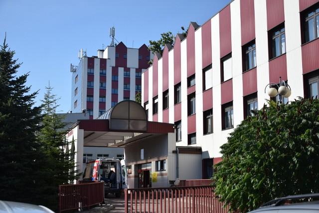 Szpital wojewódzki w Tarnobrzegu zniósł zakaz odwiedzin pacjentów. Wchodzący muszą okazać zaświadczenie o szczepieniu lub negatywny wynik testu na koronawirusa, ewentualnie Unijny Certyfikat Covid.