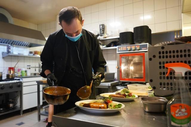 Gastronomia jest na skraju przepaści – wiele lokali od miesięcy nie zarabia w ogóle albo zarabia symbolicznie na sprzedaży dań na wynos. Z tego powodu część restauratorów decyduje się na otwarcie swoich firm mimo oficjalnego zakazu. Włoscy gastronomicy natomiast prawa łamać nie muszą – od 1 lutego mogą działać zupełnie legalnie. Czy od 14 lutego będzie podobnie również w Polsce? SZCZEGÓŁY NA KOLEJNYCH STRONACH >>>>