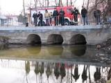 Rzeka Lubka znieczyszczona. WIOŚ pobrał próbki wody.