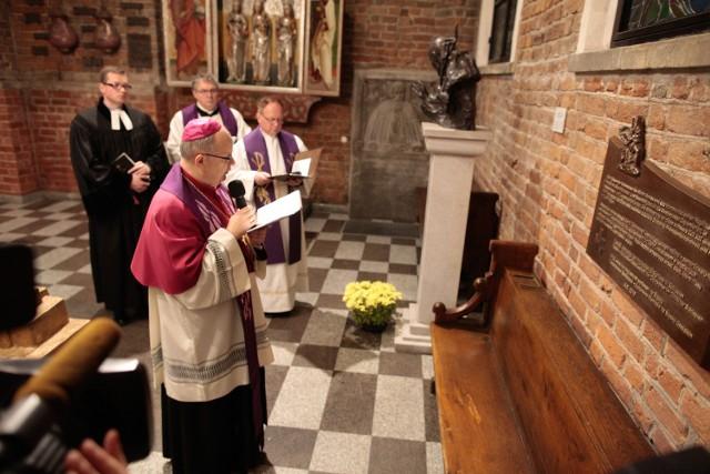 Tablicę z brązu w Kaplicy Piastowskiej poświęcił biskup opolski Andrzej Czaja. W nabożeństwie uczestniczyli także (od lewej): ks. Wojciech Pracki, ks. Waldemar Klinger i ks. Piotr Tarlinski.