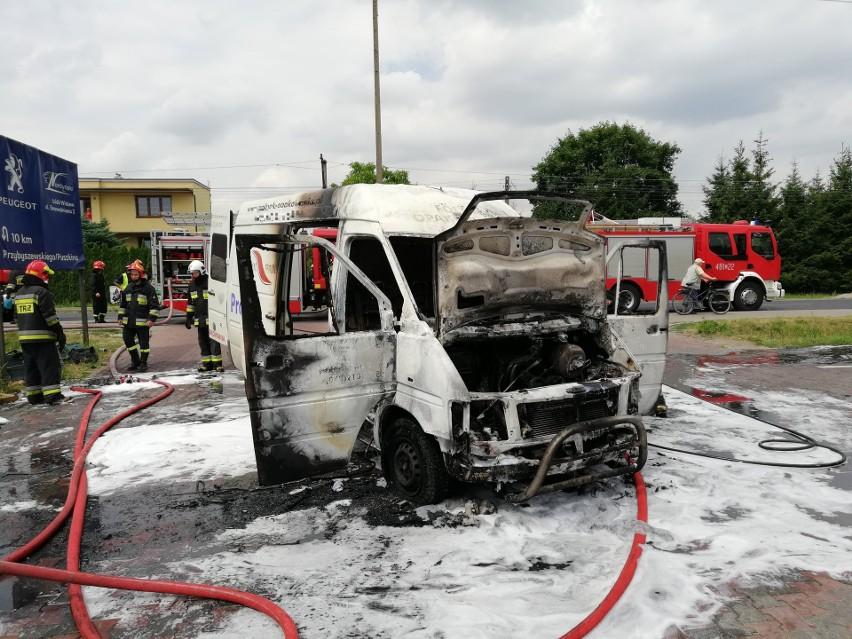 Do pożaru doszło około południa na parkingu sklepowym przy...