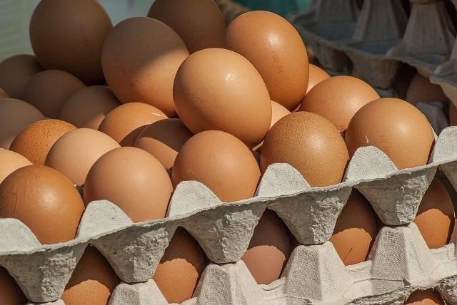 """Aktualizacja, godz. 18:17, 16 czerwca:  Wiadomo, że skażone jaja trafiły do sprzedaży w sklepach sieci handlowej Biedronka, Carrefour oraz Piotr i Paweł. Niewykluczone, że były sprzedawane także w innych sklepach. Główny Inspektorat Weterynarii wydał ostrzeżenie dla zakładów detalicznych i konsumentów i nakazał wycofanie z obrotu tych jaj. Antybiotyk przez pomyłkę trafił do paszy kur niosek u jednego producenta. Sprawdźcie numery na opakowaniach jaj i zwróćcie do sklepu. Inspekcja Weterynaryjna nakazała wycofanie z obrotu partii jaj, które trafiły do sprzedaży, ze względu na obecność antybiotyku w ilości przekraczającej dopuszczalny poziom. Jak podaje Gazeta Lubuska, feralne jaja pochodzą najprawdopodobniej z jednej z wielkopolskich ferm. Zobacz, jakim kodem oznaczone są skażone jaja ->Obejrzyj piąty odcinek """"Ale co? Deszczowe H2O"""":"""