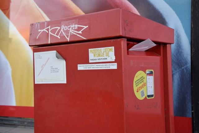Poczta ma problem z odbiorem przesyłek z ulicznych skrzynek. Ta na pl. Legionów była we wtorek tak mocno przepełniona, że wystawały z niej listy. Wyjaśniano nam, że listonosz z tego rejonu był  na L4