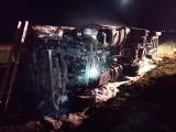 Po wypadku ciężarówka stanęła w płomieniach. Trzy osoby zostały ranne