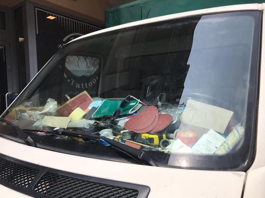 Kierowca zablokował chodnik na Głogowskiej. Policja ukarała go mandatem