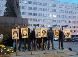 Narodowcy w Katowicach powiesili zdjęcia posłów PO na szubienicach ZDJĘCIA