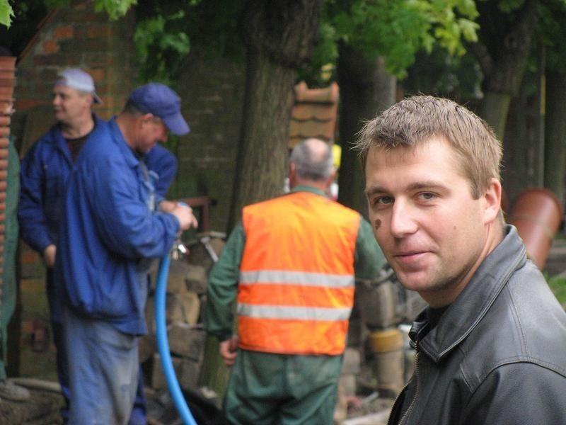 Kierownik robót Piotr Borkowski z frimy Seweko czuwa nad pracownikami, którzy kładą rury kanalizacji sanitarnej i wodociągu. Nawierzchnię, chodnik i kanalizację deszczową zrobi inna firma.