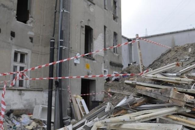 Budynek przy ul. Częstochowskiej w BydgoszczyWłaściciel zaczął wyburzać dom, chociaż mieszkali tam jeszcze lokatorzy. Mieli utrudniony dostęp do swoich mieszkań.
