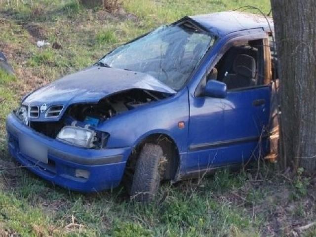 kierowca rozbił nissana na drzewie