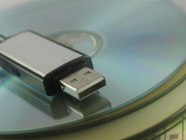 pen-drive-cdW warunkach domowych, za pomocą niszczarki dokumentów możemy skutecznie niszczyć płyty CD/DVD, dyskietki, pamięci SIM, karty pamięci flash.