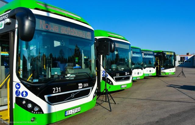 Kolejne, nowe autobusy komunikacji miejskiej pojawią się na ulicach Białegostoku w październiku przyszłego roku. W czwartek (18 października) prezydent Tadeusz Truskolaski podpisał umowę na dostawę 22 autobusów niskoemisyjnych. Dzięki pozyskaniu dotacji unijnych nowych autobusów będzie jednak w Białymstoku więcej. I to jeszcze tej jesieni. Za działalność na rzecz rozwoju komunikacji miejskiej Białystok otrzymał tytuł Lidera Transportu Publicznego 2018.