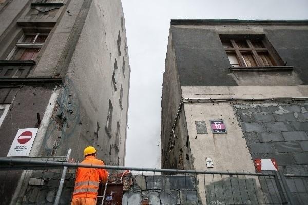 Firma zatrudniona do wyburzenia przygotowuje się właśnie do ręcznej rozbiórki kamienicy przy ul. Ogrodowej 10.