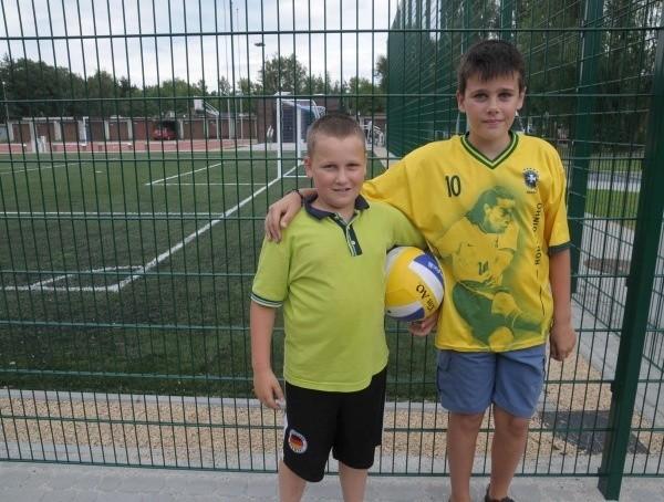 Jakub Wasiuk (z prawej) i Tomasz Wiśniewski, 10-latkowie, którzy mieszkają tuż przy nowym boisku, już raz mieli okazję tutaj zagrać. - Piłka chodzi jak po stole - przyznają.
