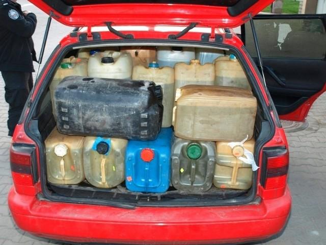 Plastikowe pojemniki z paliwem wypełniały cały samochód.