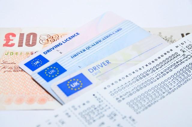 Prawo jazdy wydane za granicą podlega wymianie na polski dokument. Kiedy trzeba wymienić prawo jazdy? Ile to kosztuje?