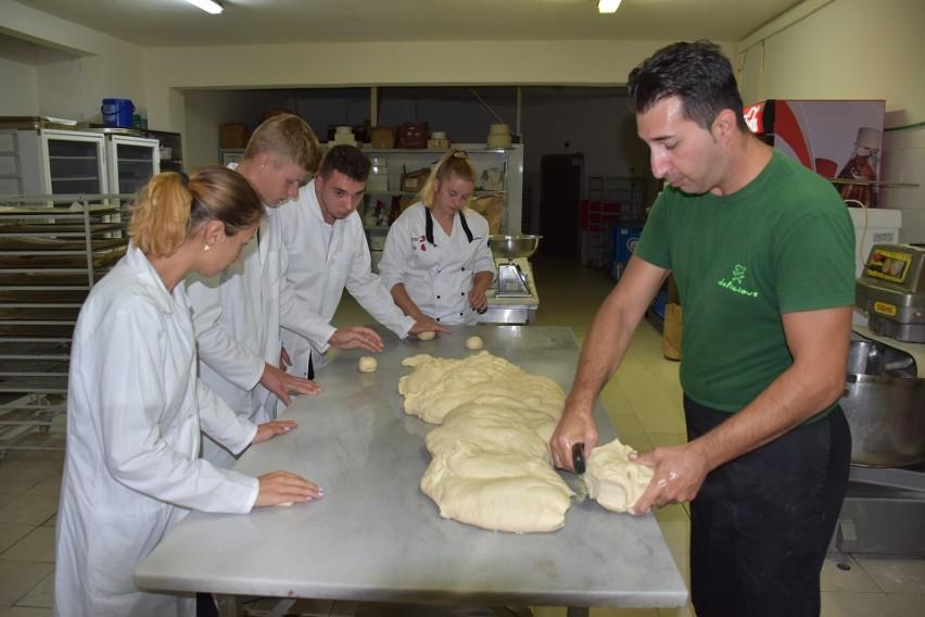Uczniowie ze Skalbmierza na praktykach w Grecji. Jedni wyrabiali ciasto na pieczywo, inni uczyli się naprawy i bieżnikowania opon [ZDJĘCIA]