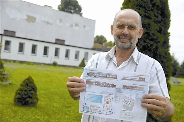 Leszek Wilk, wiceburmistrz Kietrza pokazuje plan basenu. (fot. archiwum)