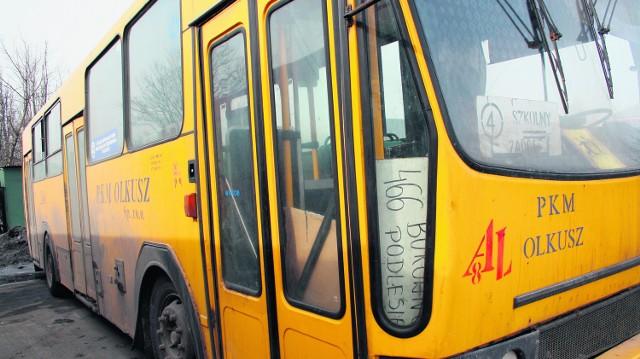 Stary, zgrzytający i zardzewiały jelcz wozi pasażerów na linii 466 i dzieci do szkoły. Dawno powinien zniknąć z dróg Olkusza