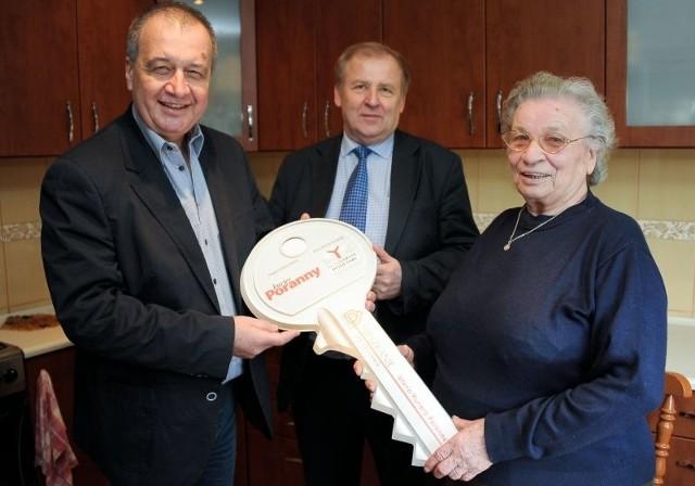 Symboliczny klucz do mieszkania przekazali pani Krystynie Piotr Wąsikowski, redaktor naczelny (z lewej) i Tadeusz Zimnoch, wiceprezes Yuniversalu Podlaskiego