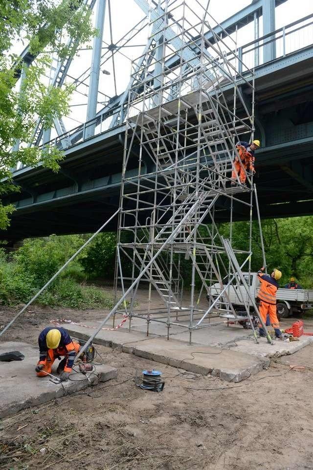 Budowa schodów na mostBudowa schodów na most