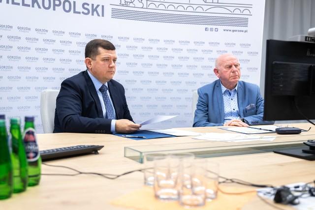 """Pakiet pomocowy """"Gorzowska Dycha"""" prezydent Jacek Wójcicki (z lewej) przedstawił wraz z Janem Kaczanowskim, przewodniczącym rady miasta."""