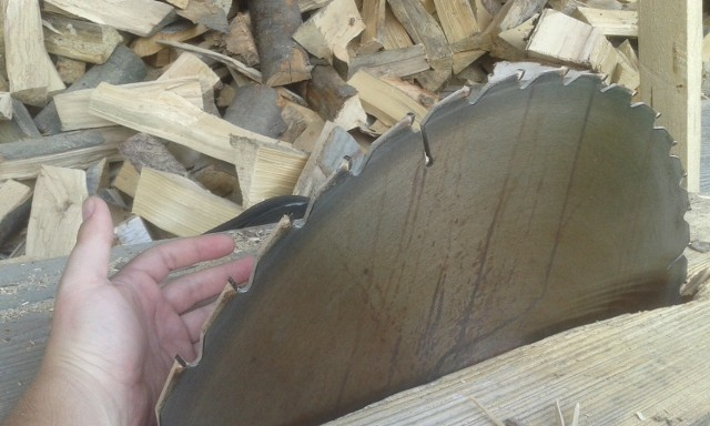 Do niebezpiecznego wypadku doszło podczas cięcia drewna