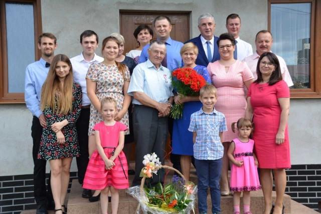 Na pamiątkowej fotce jubilaci Genowefa i Adolf Rekielowie w otoczeniu najbliższej rodziny oraz  z urzędnikami