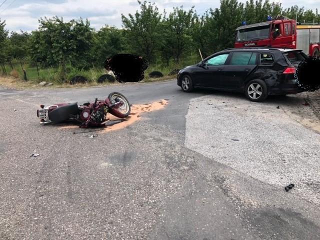 Wypadek z udziałem osobówki i motocykla. Kierujący tego drugiego trafił do szpitala.