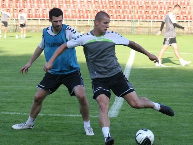 Maciej Korzym (z piłką) i Litwin Tadas Kijanskas podczas środowego strzeleckiego treningu Korony. Sławomir Stachura
