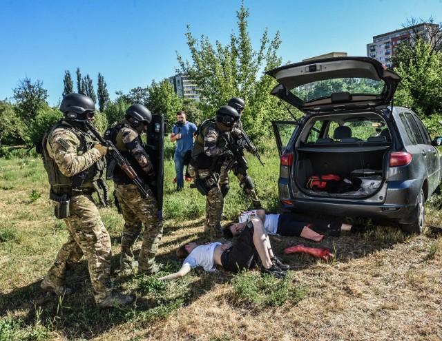 Rozpędzone auto zabija kilkanaście osób. Ich bardzo okaleczone ciała leżą na trawniku. Ratownicy walczą o ich życie - takie ćwiczenia przeprowadzono w czwartek w szpitalu im. Jurasza w Bydgoszczy.W czwartek, kilkanaście minut po godzinie 8 rozpoczyna się akcja ratunkowa; ofiary ataku terrorystycznego, które wykazują oznaki życia natychmiast przewożone są do szpitalnego oddziału ratunkowego. Tam są opatrywane. Niektórzy ludzie od razu trafiają do sal operacyjnych, słychać jęki ciężko rannych – taki, niezwykle dramatyczny, scenariusz miały czwartkowe ćwiczenia przeprowadzone w Szpitalu Uniwersyteckim nr 1 im. dr. Antoniego Jurasza w Bydgoszczy. Uczestniczyli w nich nie tylko lekarze, pielęgniarki i inni pracownicy szpitala ale także zespoły medyczne Wojewódzkiej Stacji Pogotowia Ratunkowego oraz antyterroryści.