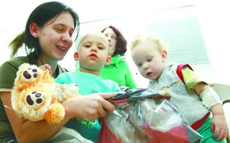 Gabryś (w środku) z wielką niecierpliwością wyciągał zabawki ze swojej paczki.  Dzielnie kibicowała mu półtoraroczna Ola.