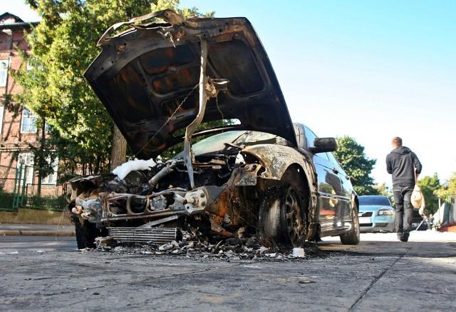 Policja szuka m.in. sprawców podpaleń samochodów. Do tych ataków doszło latem tego roku na policyjnym osiedlu w Poznaniu
