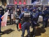 """Demonstracja """"Przeciwko państwu policyjnemu"""" na rynku w Katowicach. Interweniowała policja"""