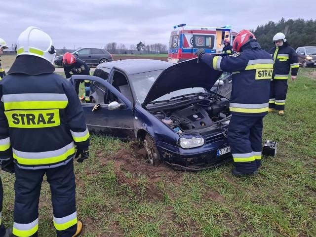 Rudniki. Wypadek kierowcy volkswagena golfa. Ranny trafił do szpitala po dachowaniu