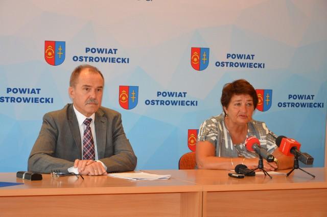Od lewej siedzą wicestarosta powiatu ostrowieckiego Andrzej Jabłoński i starosta ostrowiecki Marzena Dębniak.