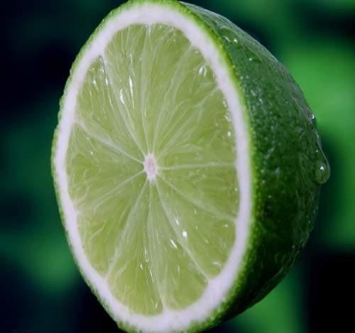 Niemal pięć razy więcej witaminy C zawiera średniej wielkości limonka bez skórki niż cytryna. Owoc ten jest więc nie tylko intensywniejszy w smaku, ale także zdrowszy.