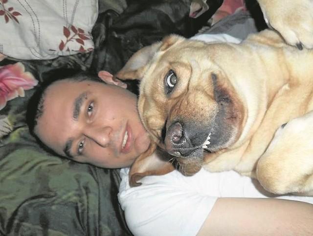 Adrian z Lokajem. Labrador uwielbia jeść - potrafi zjeść nawet chusteczkę do nosa