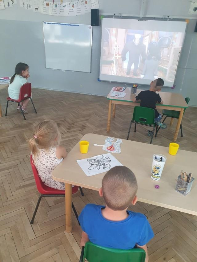 W wakacje do Przedszkola Miejskiego nr 98 w Łodzi chodzi 18 dzieci.