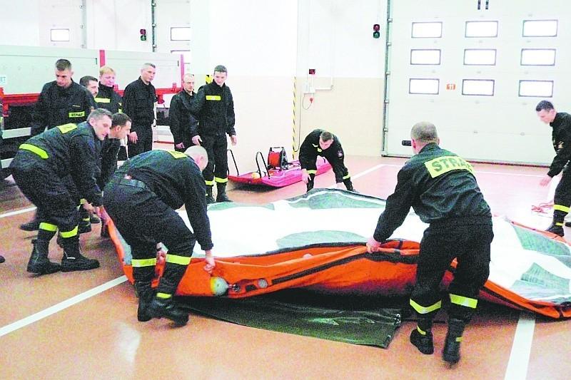 Łomżyńscy strażacy prezentują nowoczesny skokochron, zakupiony w ub. r. za ponad 36 tys. zł. Umożliwia on bezpieczny skok z wysokości nawet 16 metrów.