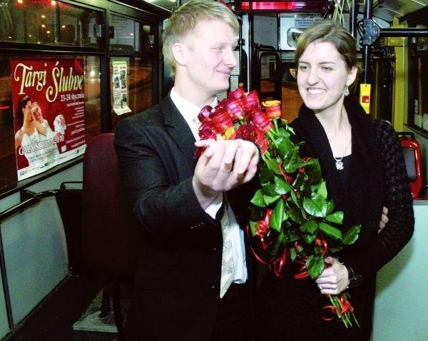 """Uroczysta chwila w autobusie numer """"11"""": Czy zostaniesz moją żoną? Od tej chwili będę Cię nosił na rękach..."""