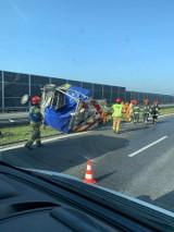 Wypadek na A4. Ciężarówka z piwem zderzyła się z pojazdem służby drogowej. Są utrudnienia [ZDJĘCIA]