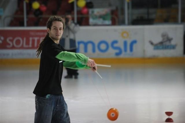 """Dla uczestników Wielkiego Ślizgania umiejętnościami żonglerskimi popisywał się Krzysztof Riewold, gwiazda ostatniej edycji programu """"Mam talent""""."""