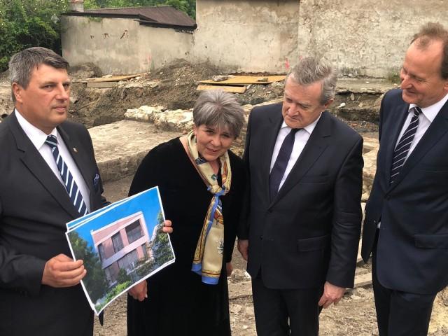Na zdjęciu od lewej burmistrz Grzegorz Cichy z wizualizacją biblioteki, dyrektor Katarzyna Wawrzeń, premier Piotr Gliński i senator Włodzimierz Bernacki