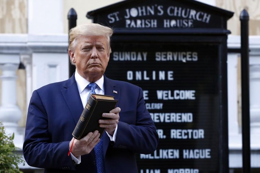 Zamieszki w USA: Donald Trump zapowiada użycie wojska, jeśli władze miast nie zaprowadzą porządku. Poszedł z Biblią przed podpalony kościół