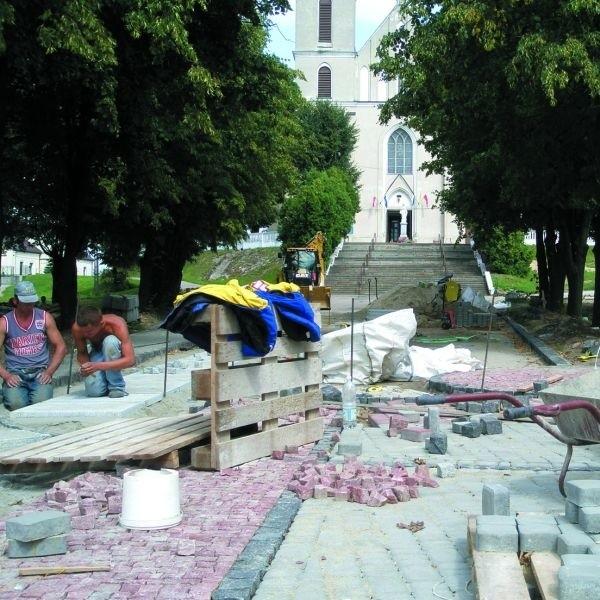 Jeszcze miesiąc, a park w centrum wsi Piątnica zajaśnieje...