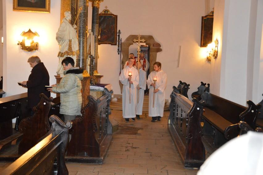 Nabożeństwo drogi krzyżowej w Jemielnicy w dniu modlitwy i postu za grzechy wykorzystywania seksualnego osób małoletnich.