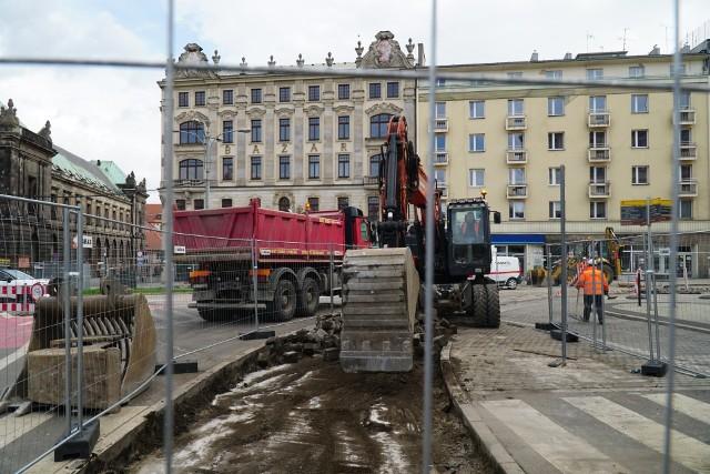 Ekipy MPK są gotowe do intensywnych remontów torowo-sieciowych, które zaplanowano w tym roku. Na ten cel w budżecie miasta zarezerwowano 20,5 mln zł. Najważniejszą kwestią było skoordynowanie tych robót z trwającymi już inwestycjami – budową trasy tramwajowej na Naramowice, przebudową ronda Rataje, remontem na Wierzbięcicach, kolejnym etapem Programu Centrum. – Plan remontów został tak przygotowany, aby prace były jak najmniej uciążliwe dla mieszkańców i pasażerów – zapewnia Mariusz Wiśniewski, zastępca prezydenta Poznania. Kiedy rozpoczną się roboty? Z jakimi utrudnieniami muszą liczyć się kierowcy i pasażerowie poznańskiej komunikacji? Przejdź dalej i sprawdź --->